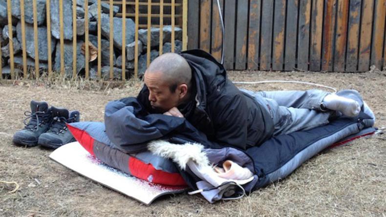 Китайский художник спит на улице в ожидании весны