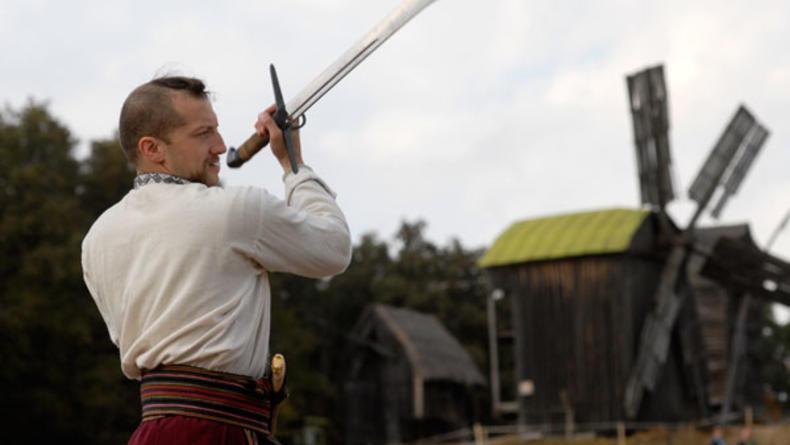 На выходных в Пирогово поют казаки, ткут и вышивают