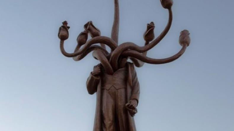 Памятник Ленину в Бухаресте стал гидрой с головами-розами