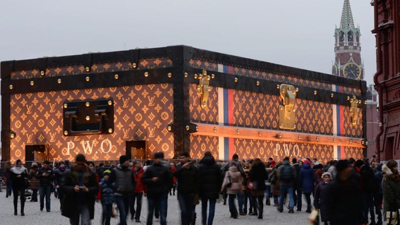 Гигантский чемодан Louis Vuitton вызвал скандал в Москве