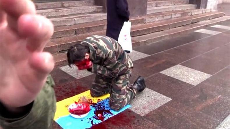 """В Питере арт-активист умылся """"кровью"""" на флаге Украины (ВИДЕО)"""