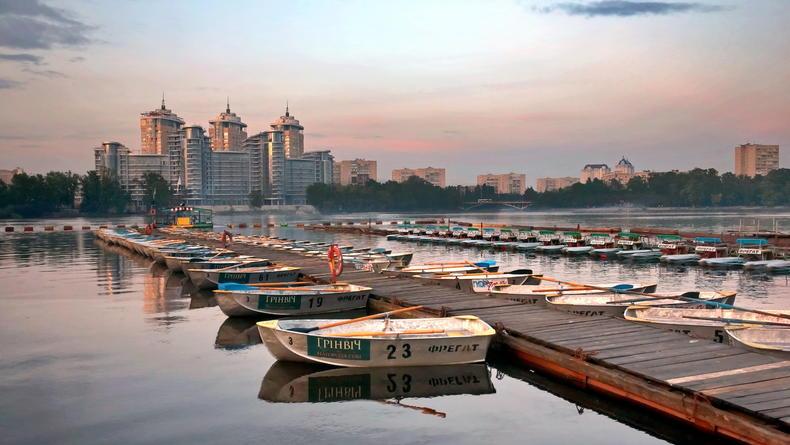 Отдых на воде: где кататься на лодках и катамаранах в Киеве