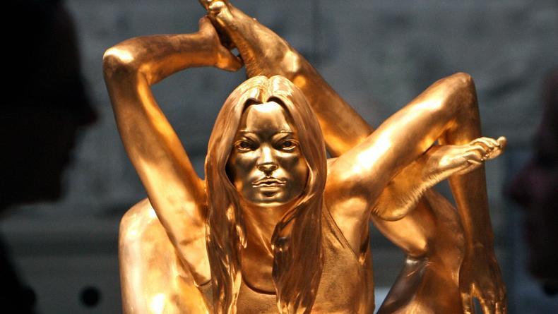 Золотую статую Кейт Мосс продадут на аукционе