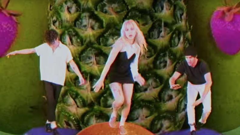 Paramore выпустили клип на песню Caught in the Middle