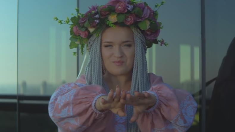 Трембиты и небоскреб: Победительница Голос Страны-8 выпустила яркий клип