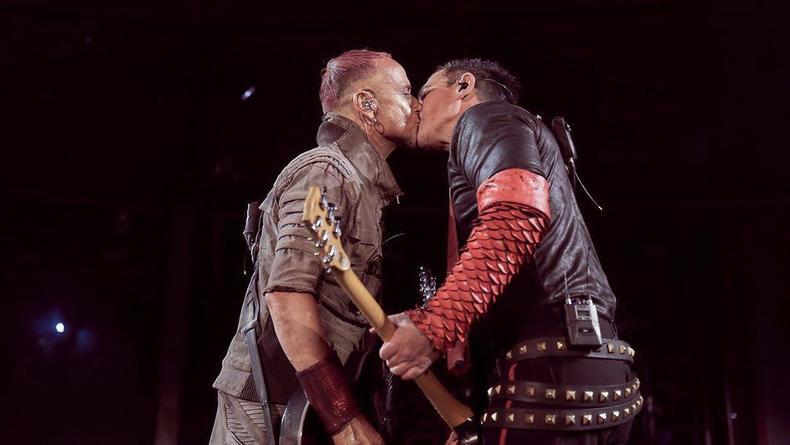 Знак протеста: Музыканты из Rammstein поцеловались на концерте в Москве