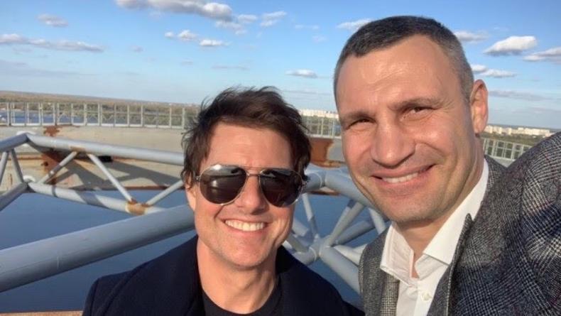 Теперь с Кличко: Том Круз прогулялся по пешеходному мосту в Киеве