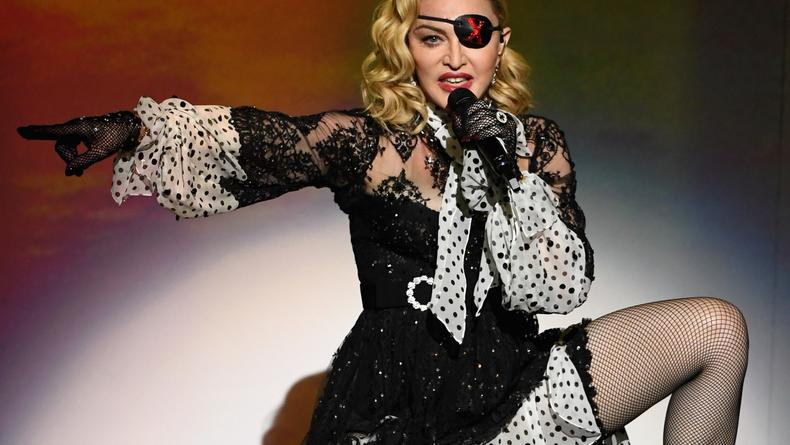 """""""Все мы люди"""": Мадонна упала и расплакалась от боли на концерте"""