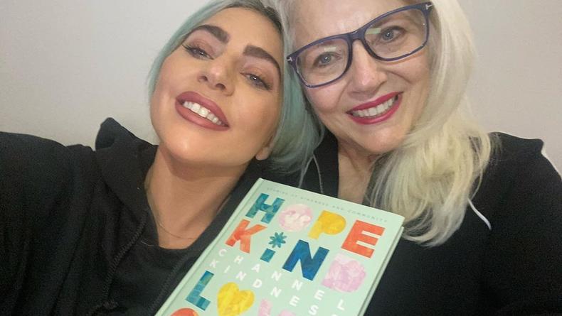 Лекарство доброты: Леди Гага написала с матерью книгу о наболевшем
