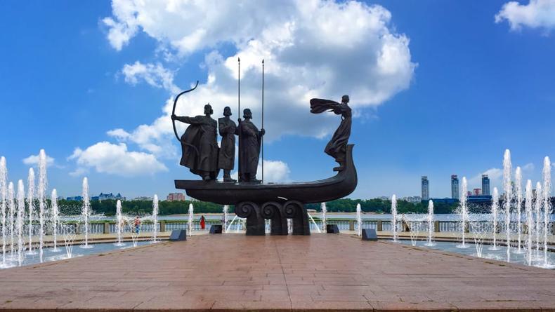 Всеми цветами радуги: фонтан у Памятника основателям Киева обновят