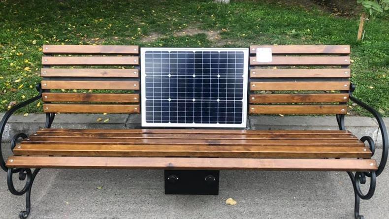 В Киеве появились новые скамейки с солнечными батареями