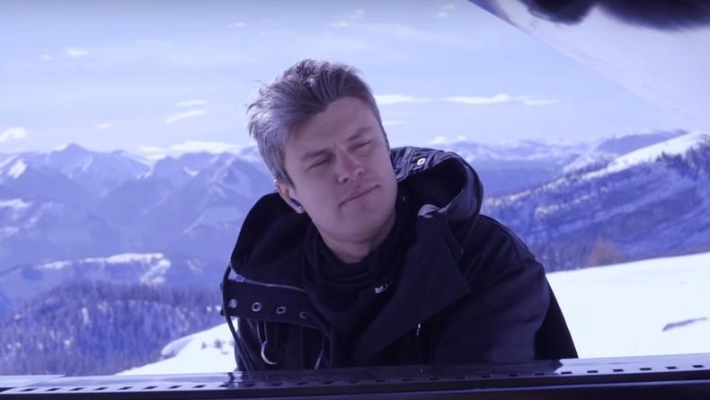 Рояль в горах: Евгений Хмара снял клип над альпийскими облаками
