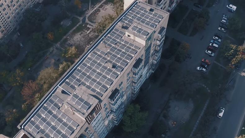 На троещинских многоэтажках появилась солнечная электростанция