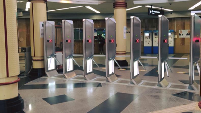 """Без """"кенгуру"""": в киевском метро поставили турникеты против прыгунов"""