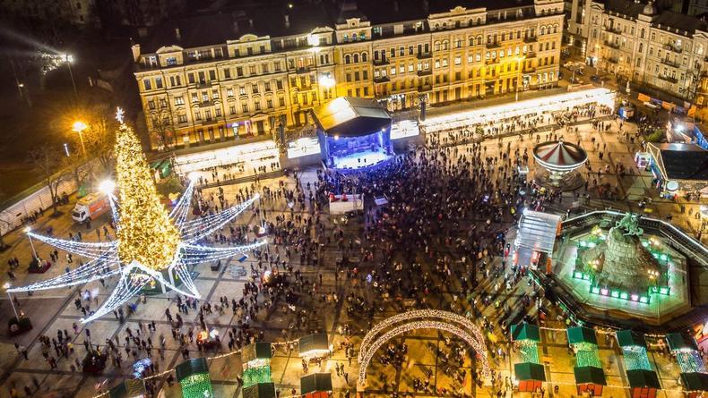 На Софийской площади в Киеве началась установка главной елки