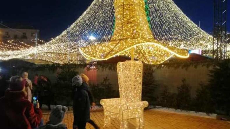 В Киеве выстроились очереди к скандальной шляпе с главной елки