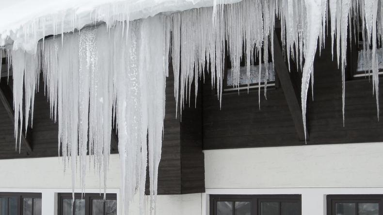 Киевлянам угрожают сосульки и снег на крышах