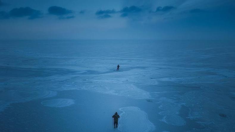 Словно Северный полюс: Появились снимки замерзшего Киевского моря