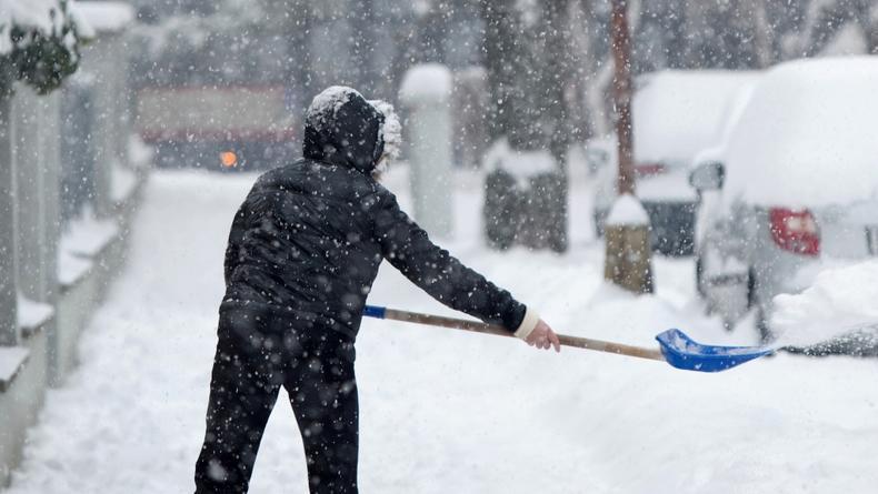 Из-за снегопадов в Киеве закрыли школы и ярмарки