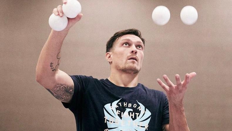 Александр Усик прославляет своими носками туалетную бумагу