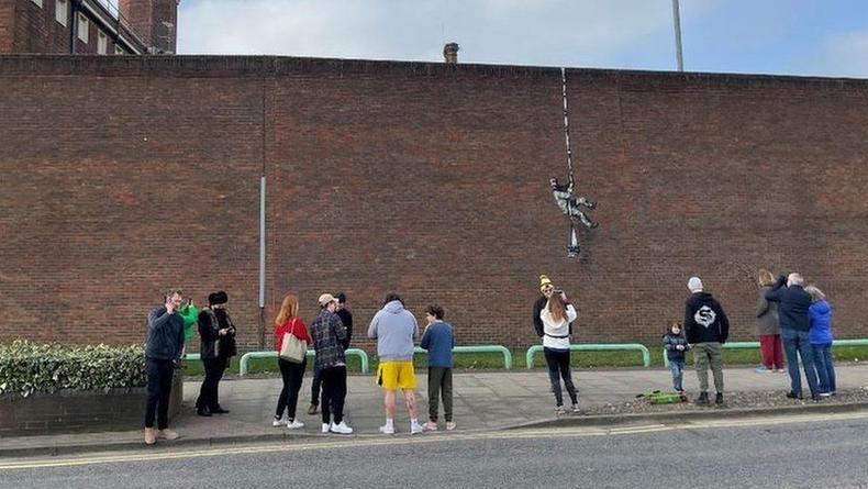 Местом нового граффити Бэнкси стала стена бывшей тюрьмы в Британии