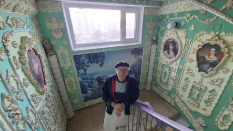 Киевский пенсионер украсил свой подъезд наподобие Версаля