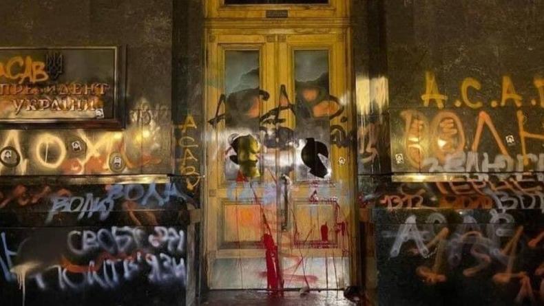 Обрисованные двери ОП желают выкупить для галереи