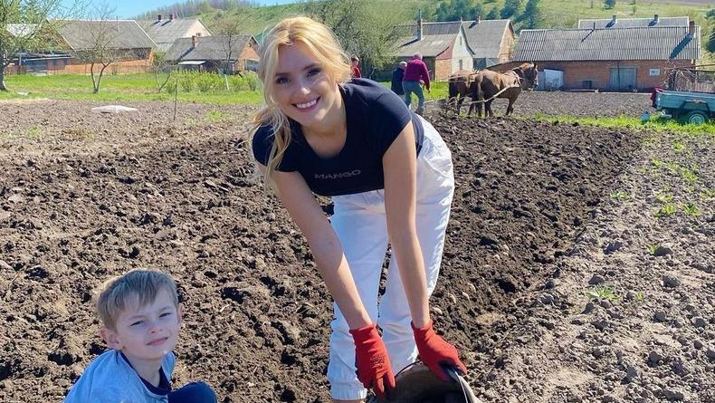 Ирина Федишин садила картошку в белых штанах и напоролась на критику