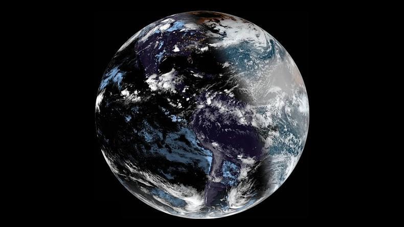 Как выглядит Земля из космоса во время солнечного затмения – Видео