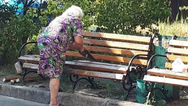 В Киеве пенсионерка распилила скамейку из-за шума под окнами
