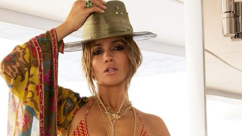 Дженнифер Лопес выложила по случаю 52-летия фото и видео в бикини