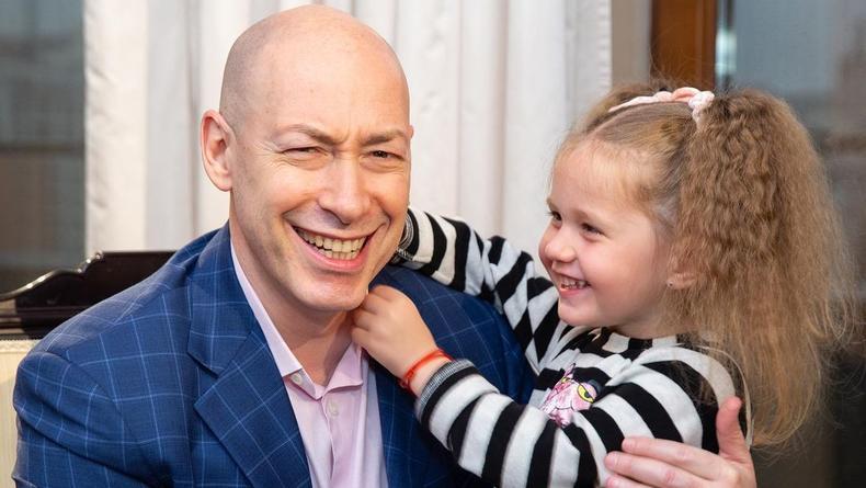 Гордон показал своих дочерей и супругу на отдыхе