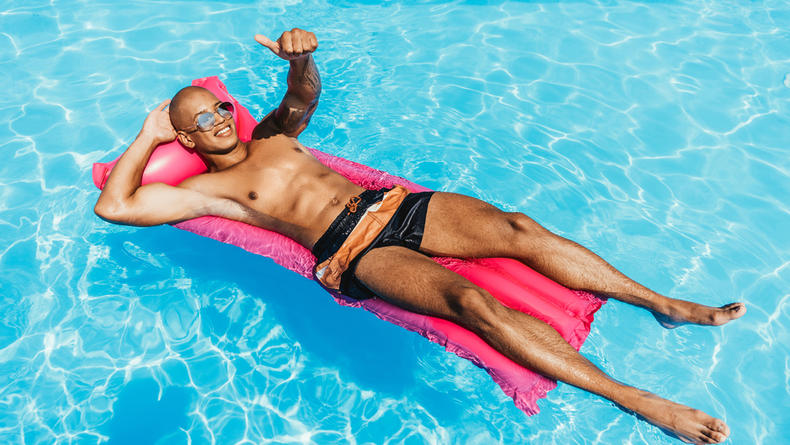 """В Нью-Йорке мужчина плавал на надувном матрасе во время урагана """"Ида"""""""