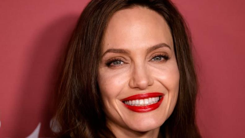 Анджелина Джоли вышла в свет впервые за 2 года - фото
