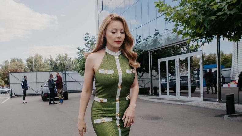Тина Кароль покорила пользователей выходом в зеленом брендовом платье