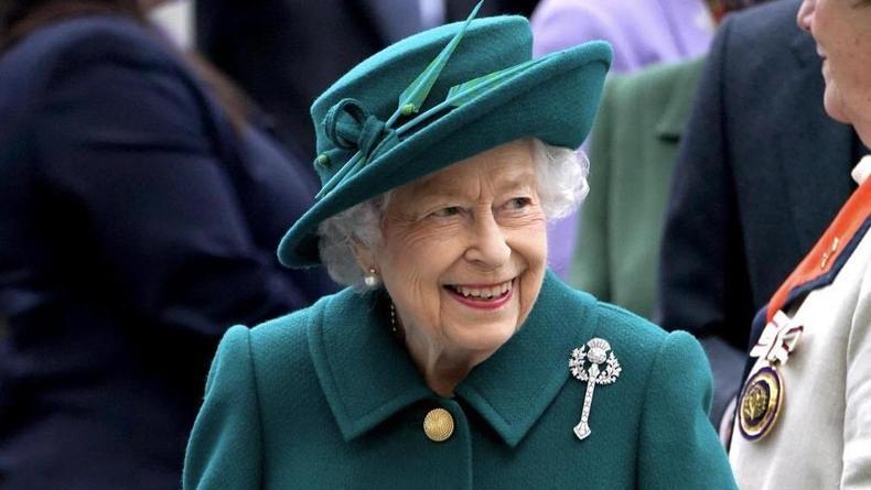 Елизавета II в 95 лет впервые прошлась на публике с тростью