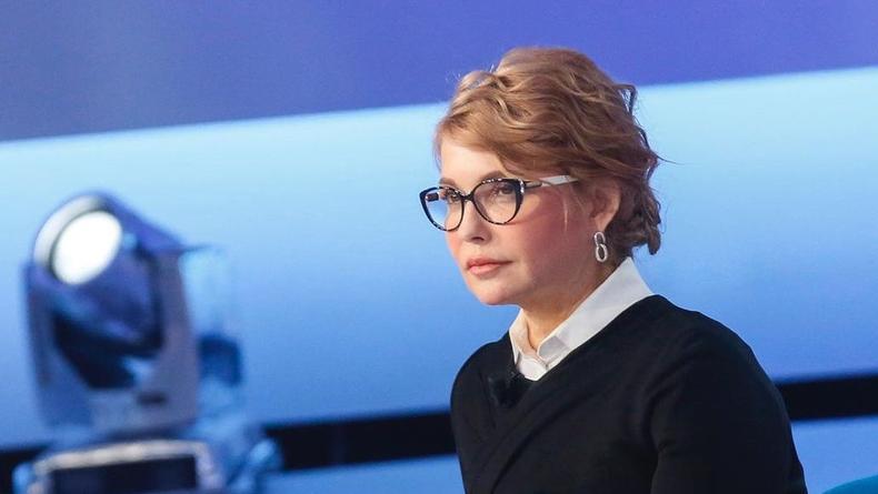 Юлия Тимошенко в пальто и на каблуках погладила кота – фото